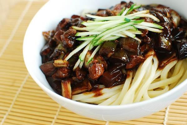 2 cách làm mì đen jajangmyun trộn thịt rau củ ngon chuẩn vị Hàn