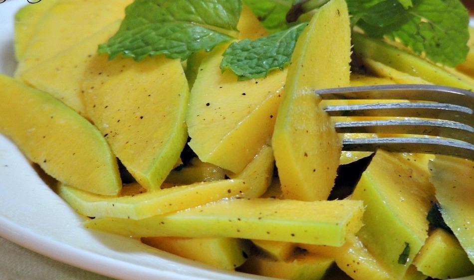 Cách làm salad xoài ngon chào đón mùa hè