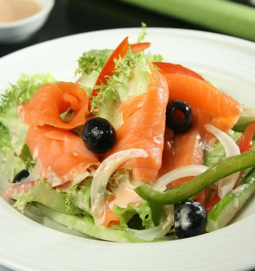Cách làm salad cá hồi ngon hơn ngoài hàng