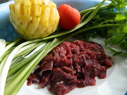 Cách nấu canh thịt bò với dứa dễ ăn mùa hè